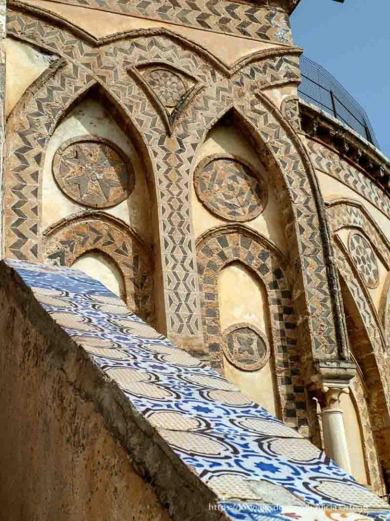 detalle de azulejos en tejado de monreale