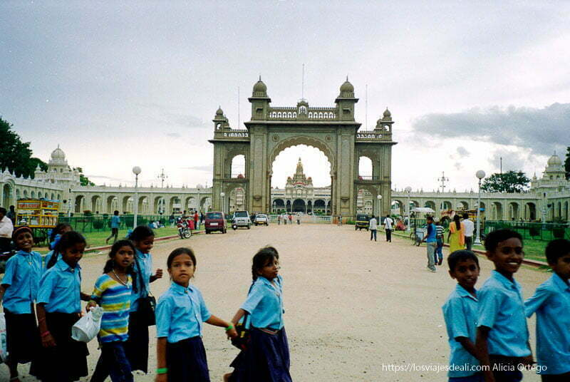 puerta del palacio de mysore con fila de escolares pasando delante