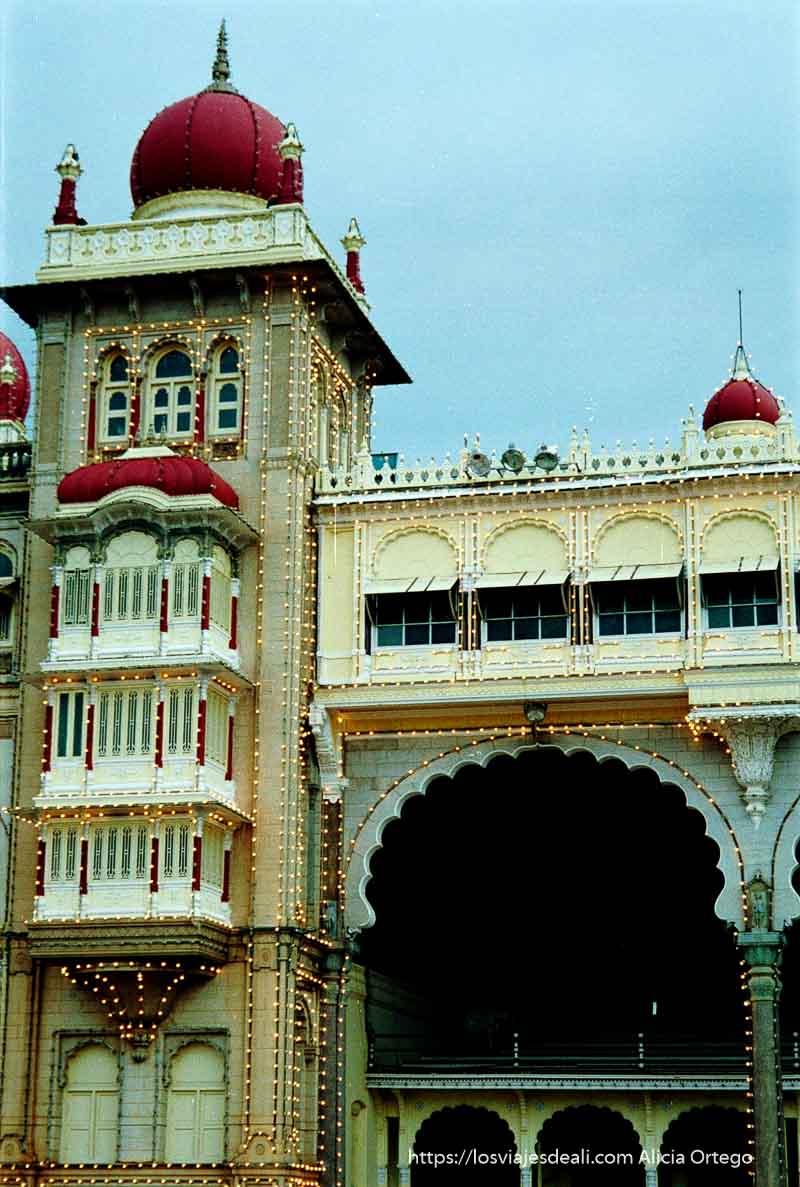 palacio de mysore con bombillas