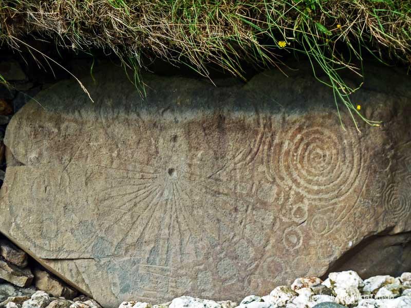 reloj solar y espirales en newgrange
