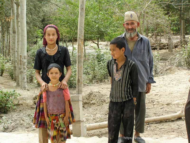 padre y tres hijos posando oasis de yarkand