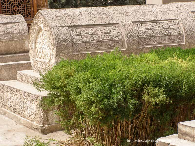 tumba islámica de piedra con aleyas del corán oasis de yarkand