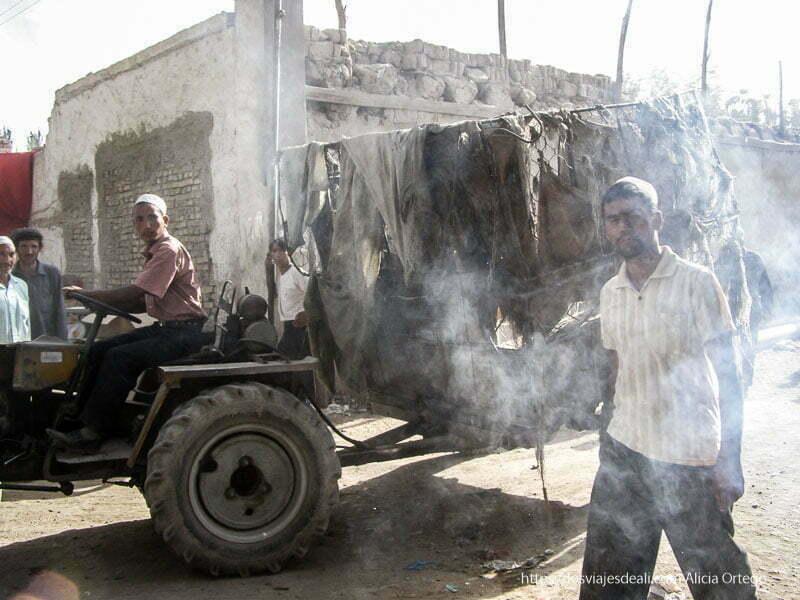 carro soltando mucho humo oasis de yarkand
