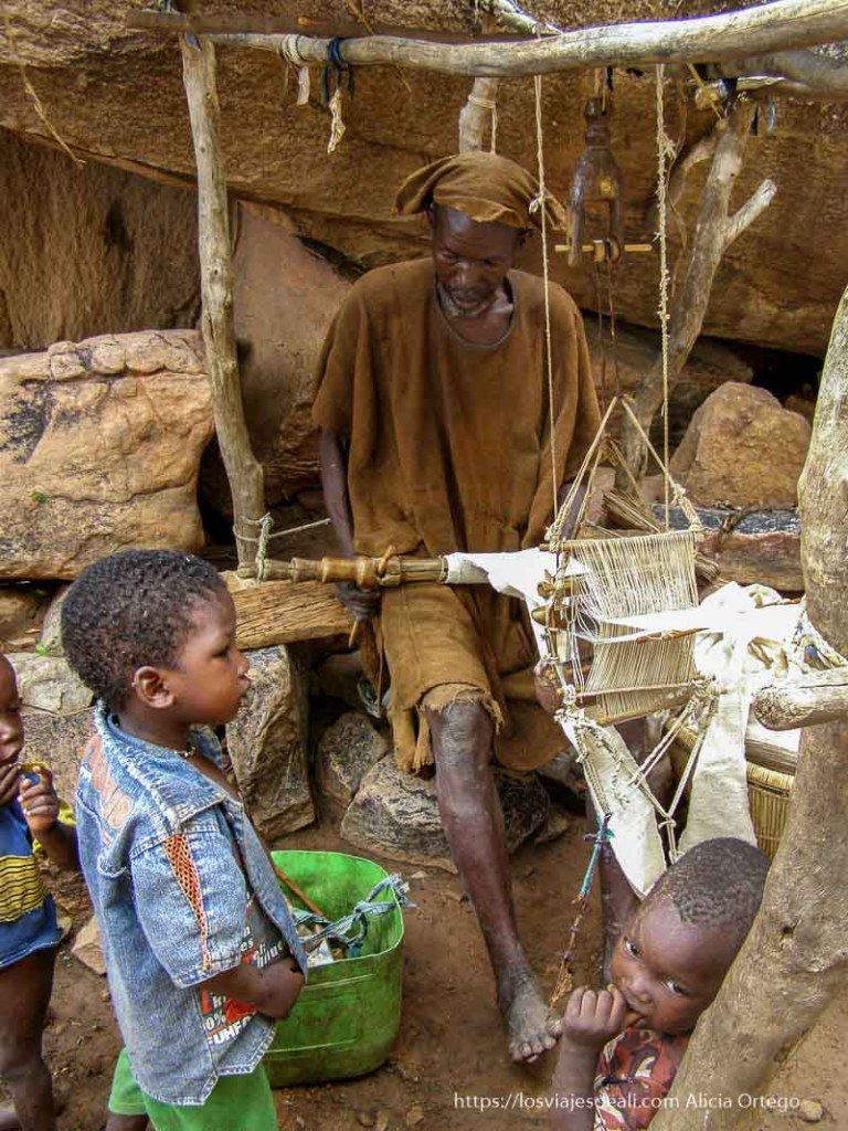 tejedor de algodón trabajando pais dogon