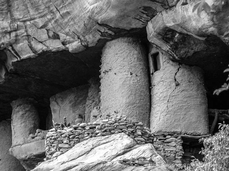 graneros circulares tellem en la roca pais dogon