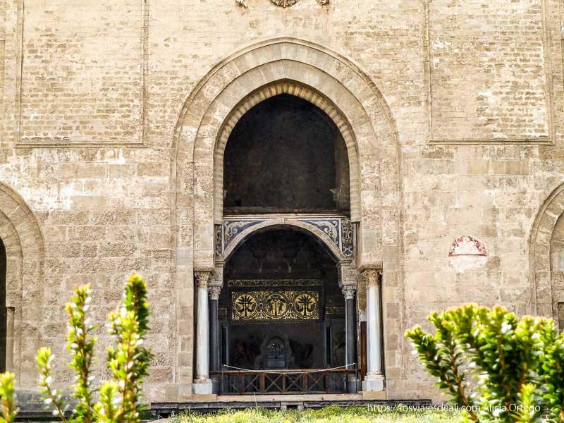 puerta con arco árabe mirando al jardín