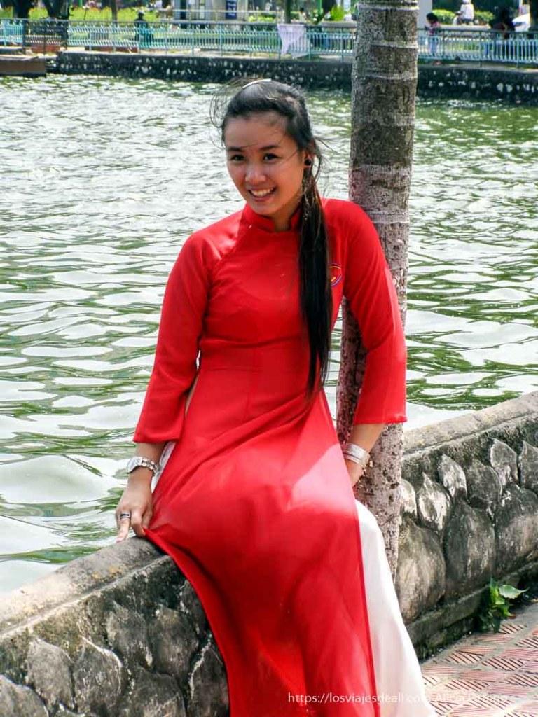 chica vietnamita con traje rojo posando qué ver en hanoi