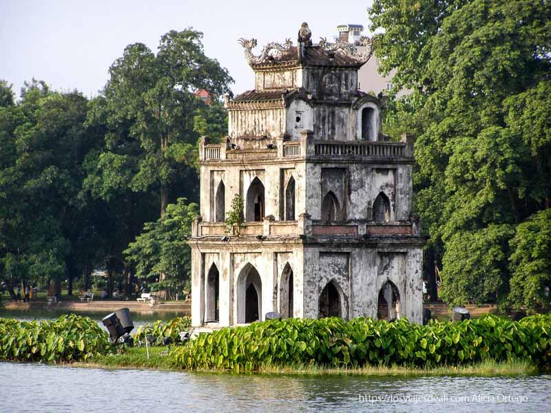 templo antiguo en lago qué ver en hanoi