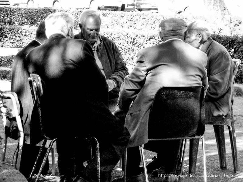 señores jugando a las cartas en una plaza qué ver en palermo