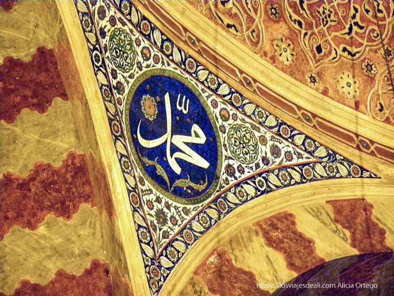 detalle de mármoles y decoración en mausoleo qué ver en un día en estambul