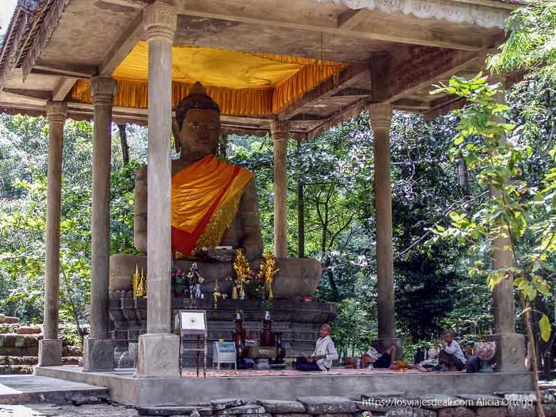 monjas junto a gran buda templos de angkor