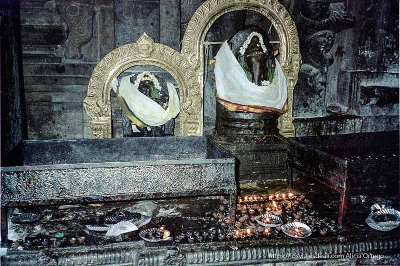dios ganesh envuelto en telas y con lamparillas en un templo del sur de India