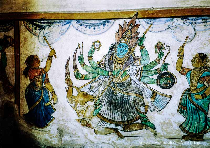 pintura antigua en thanjavur representando diosa con 8 brazos en el sur de India