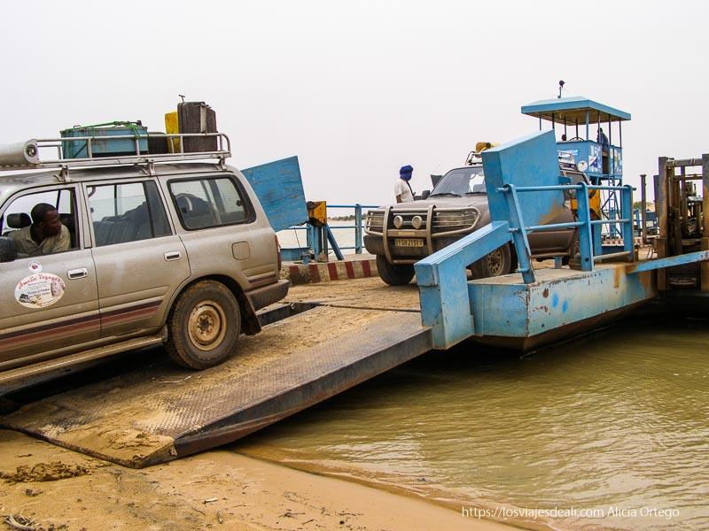 subiendo los coches al ferry para llegar a tombuctú un sueño hecho realidad