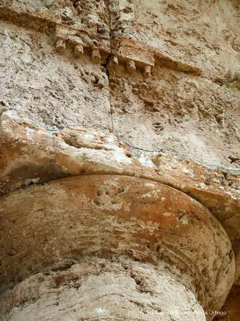 detalle de capitel de columna del templo en el yacimiento de segesta