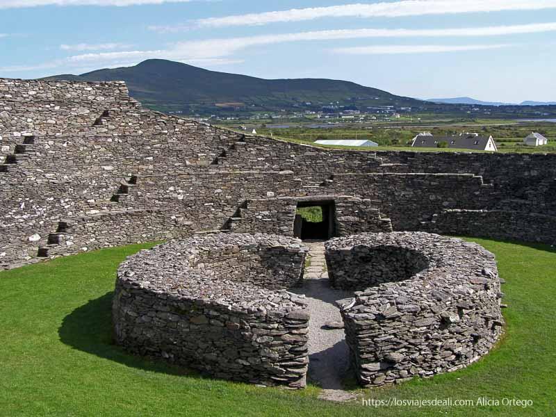 interior de un ringfort yacimientos arqueológicos en irlanda