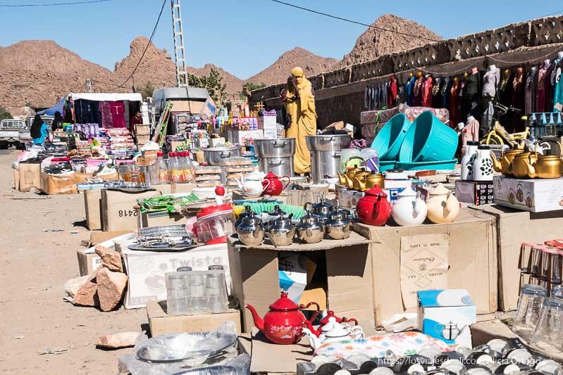 puestos de teteras y ropa en el mercado de djanet y mujer vestida de amarillo