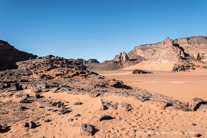 paisaje del Tadrart con arena roja y rocas negras resumen de un gran año viajero