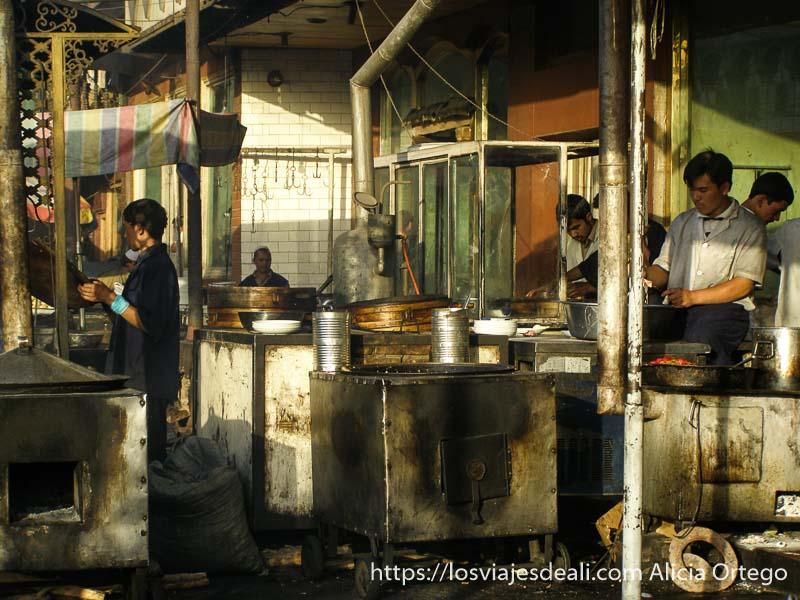 puestos de carne a la brasa en kashgar en la ruta de la seda