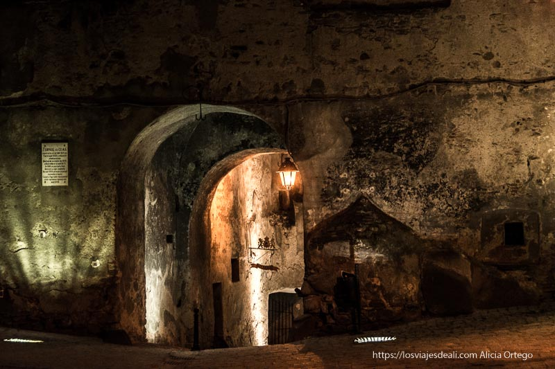 callejón con arcos y farola en la noche de sighisoara