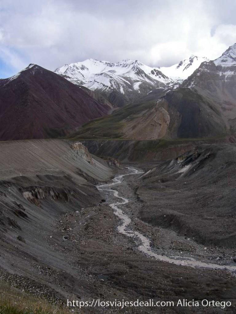 montañas de colores con cumbres nevadas campo base del pico lenin