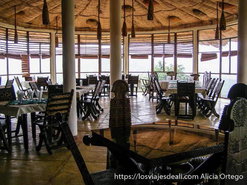 comedor del alojamiento de arba minch todo de madera con ventanales al lago chamo
