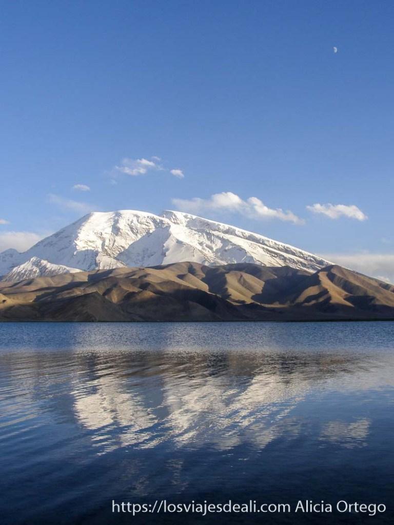 lago karakul con el mustag ata nevado reflejándose en el agua