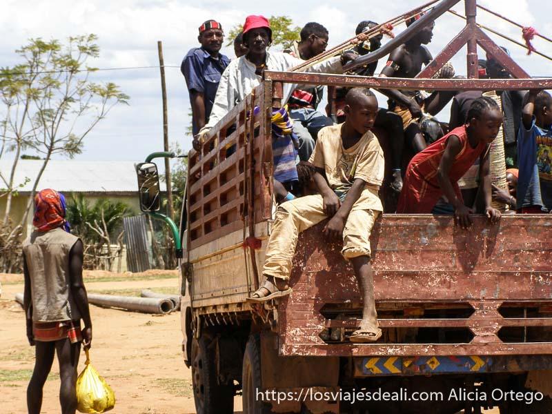 camión lleno de gente mercados del sur etíope