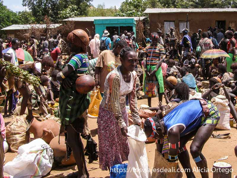 panorama del mercado lleno de gente mercados del sur etíope