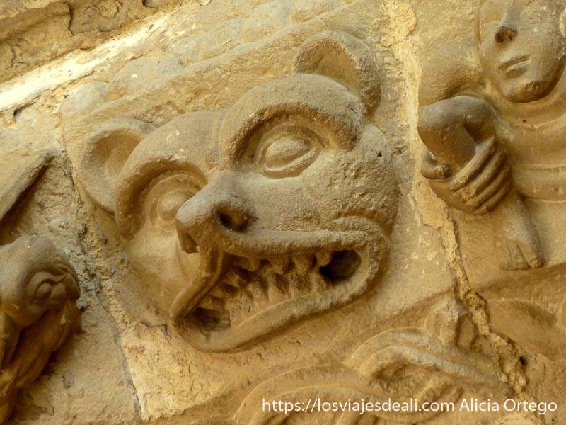 figura románica de un oso con boca llena de dientes en navarra