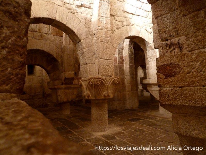 interior cripta del monasterio de leyre con arcos macizos y columnas con capiteles decorados en navarra