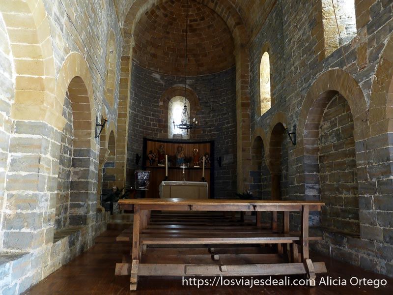 interior iglesia navascues con altar al fondo en navarra