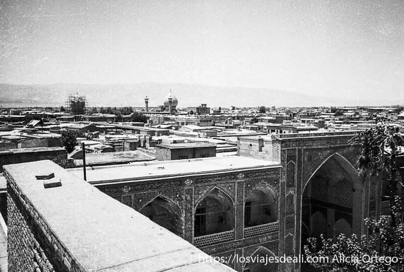 tejados de shiraz con cúpula al fondo