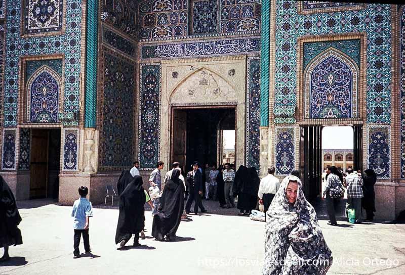 vestida con chador ante el mausoleo de shiraz