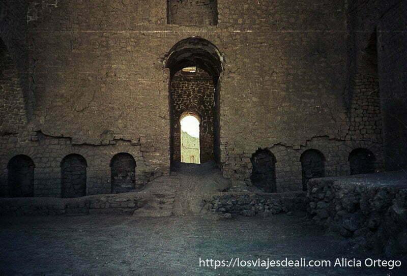 ruinas de antiguo palacio cerca de shiraz