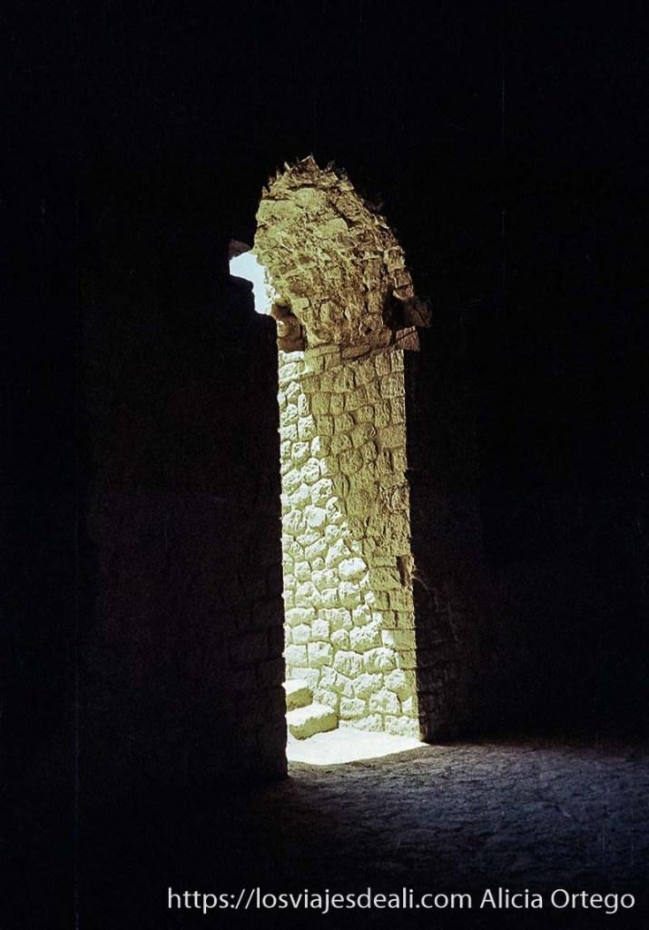 puerta con arco de ruinas de palacio antiguo cerca de shiraz