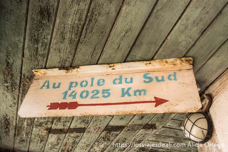 cartel que indica distancia al Polo Sur de 14025 km desde sighisoara