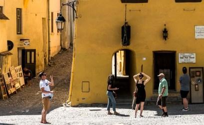 turistas ante la casa de vlad tepes pintada de amarillo en sighisoara