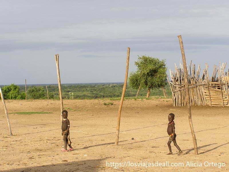 niños de la tribu karo con paisaje verde detrás