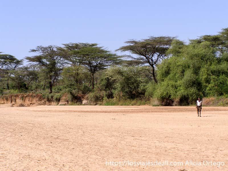 hombre caminando por lecho de río secco turmi