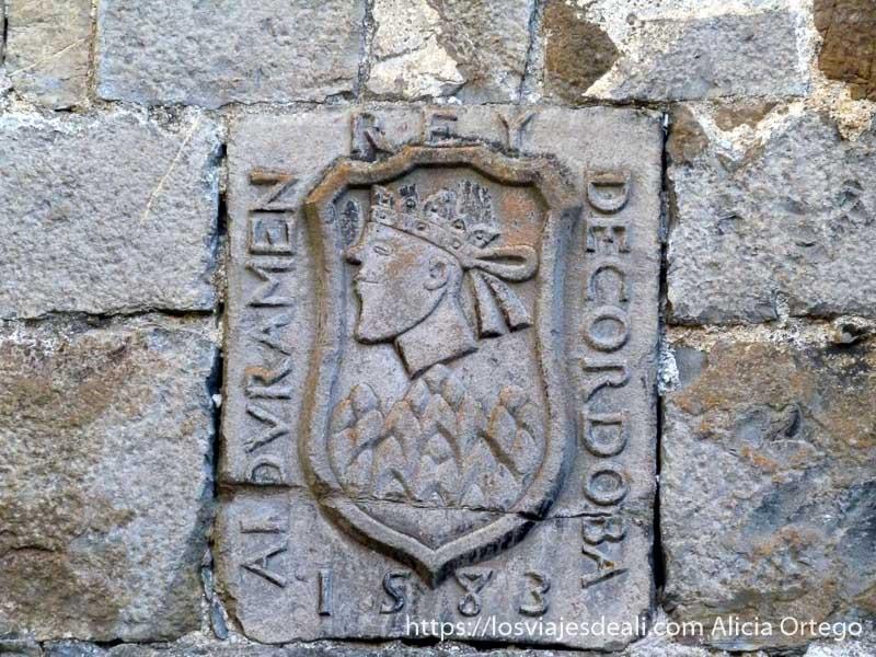 placa de piedra de casa de indiano de 1583 en valle del roncal