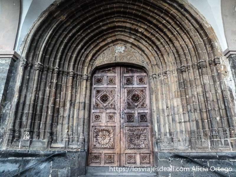 portal románico en el valle del roncal