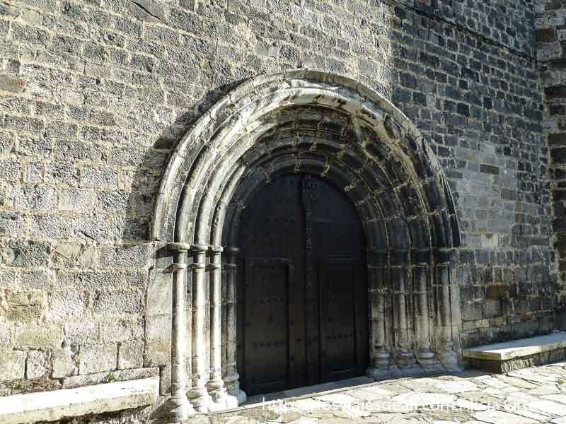 puerta de iglesia con arcos románicos en valle del roncal