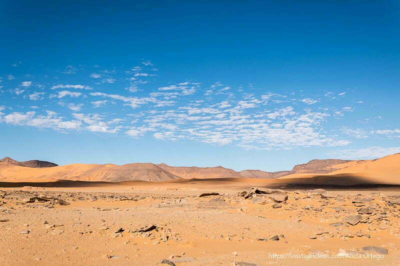 paisaje de dunas, rocas y cielo con nubecillas viaje a Argelia