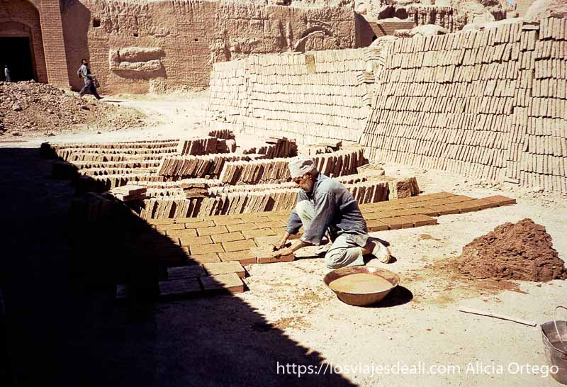 hombre haciendo ladrillos de barro en la ciudad de Bam viaje a irán