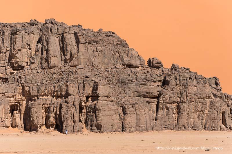 gran pared de roca con duna de arena detrás paisajes del sahara