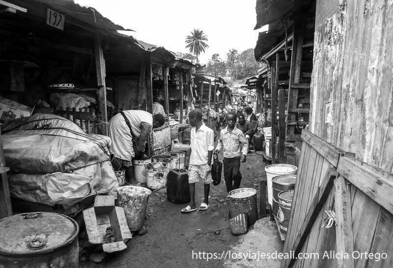 callejón de mercado de bamenda con puestos de madera y niños andando por el centro
