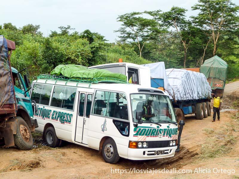 atasco en carretera embarrada con varios camiones carreteras de camerún