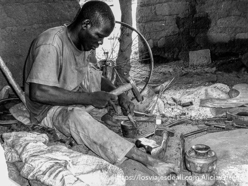 herrero golpeando tornillo carreteras de camerún