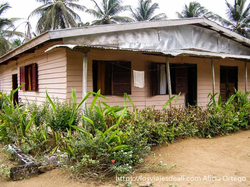 casa con tejado de chapa donde nos alojamos en la costa del sur de camerún